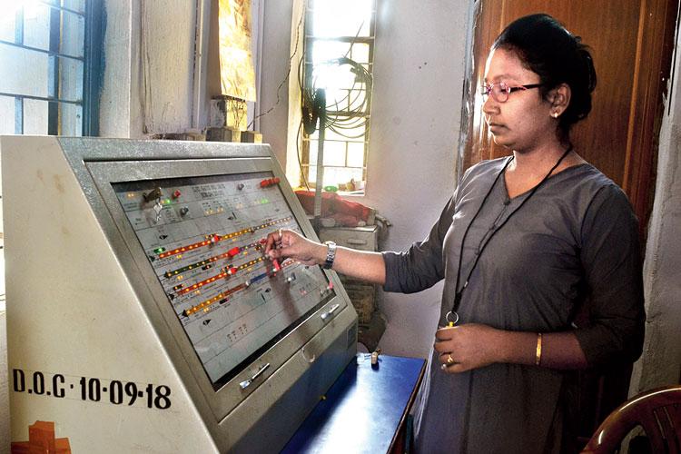 সিগন্যাল বোর্ডে চোখ অর্পিতার। ছবি: সজল চট্টোপাধ্যায়