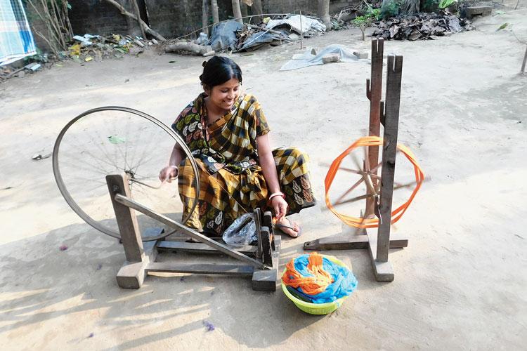 সুতো কাটায় ব্যস্ত। ছবি: জাভেদ আরফিন মণ্ডল