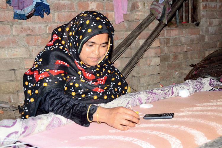 মা: জরির কাজ করছেন রাবেয়া বেগম। নিজস্ব চিত্র