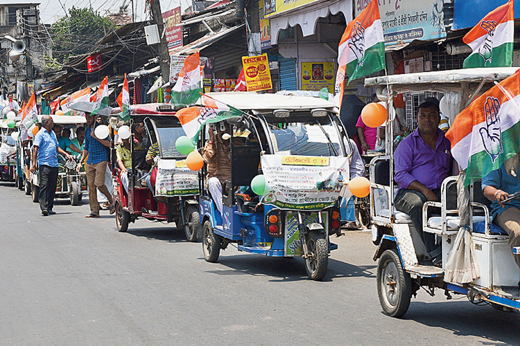 বাগুইআটিতে টোটো নিয়ে প্রচারে দমদম লোকসভা কেন্দ্রের কংগ্রেস প্রার্থী। রবিবার। ছবি: দীপঙ্কর মজুমদার