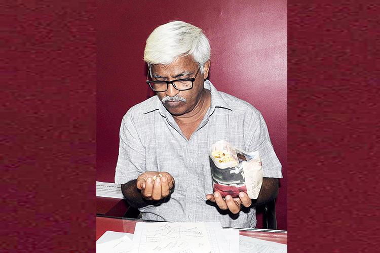 আলিমুদ্দিন স্ট্রিটে শনিবার বৈঠক সারেন সুজন চক্রবর্তী। ভোটের সকালে থাকবেন বারুইপুরে। ছবি: শশাঙ্ক মণ্ডল