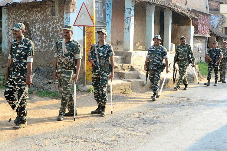 কান্দিতে কেন্দ্রীয় বাহিনীর রুটমার্চ ছবি: গৌতম প্রামাণিক