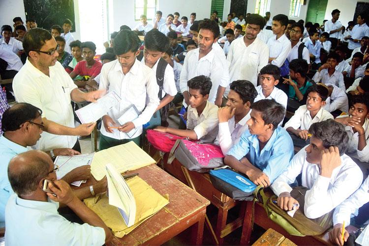 অপেক্ষা: রেজাল্ট বিলি। পান্ডুয়া শশীভূষণ সাহা উচ্চ বিদ্যালয়ে। ছবি: সুশান্ত সরকার