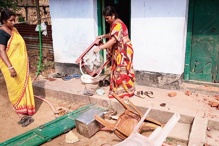 তছনছ: কুলবনি গ্রামে চন্দনা অধিকারীর বাড়িতে। নিজস্ব চিত্র