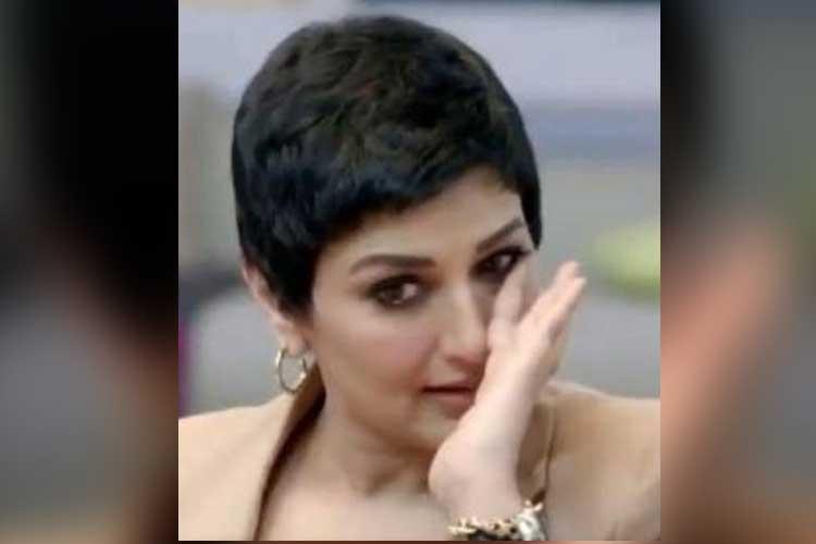 কান্নায় ভেঙে পড়েছেন সোনালি বেন্দ্রে। ছবি: টুইটার তেকে গৃহীত।