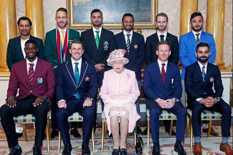 রানির সঙ্গে দশ দেশের অধিনায়ক। ছবি: ভারতীয় ক্রিকেট কন্ট্রোল বোর্ডের টুইটার থেকে।