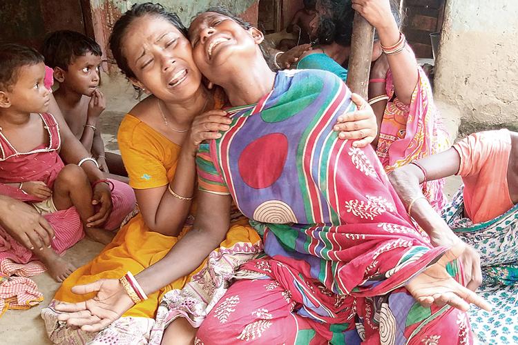 স্বজন হারিয়ে কান্না। ছবি: কাজল মির্জা ও উদিত সিংহ