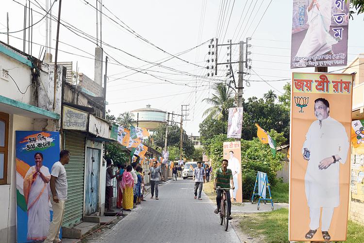 কাঁচরাপাড়ায় মুখ্যমন্ত্রীর যাওয়ার পথে বিজেপির হোর্ডিং। ছবি: বিশ্বনাথ বণিক