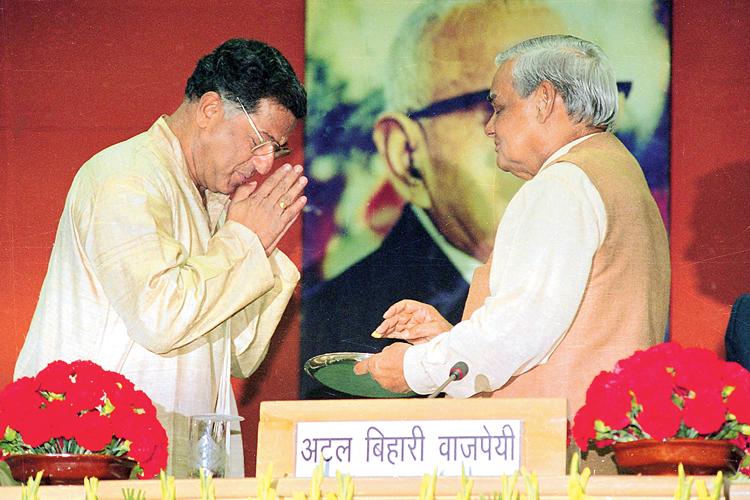 ভূষণ: অটলবিহারী বাজপেয়ীর হাত থেকে জ্ঞানপীঠ পুরস্কার নিচ্ছেন গিরিশ কারনাড। ১৯৯৯ সালের ছবি