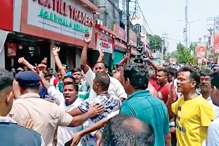 গন্ডগোল: শনিবার বীজপুরের কাঁচরাপাড়ায়। নিজস্ব চিত্র