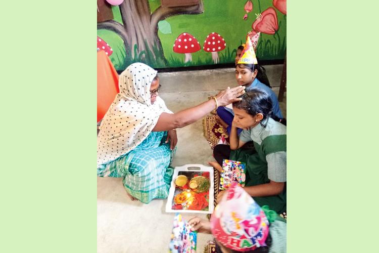 আশীর্বাদ: আমডাঙার স্কুলে পড়ুয়াদের জন্মদিনে। নিজস্ব চিত্র