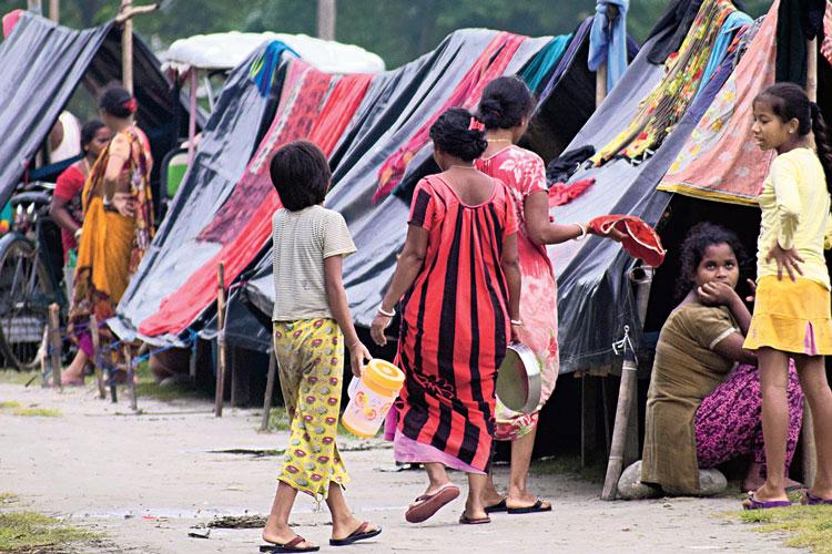 আশ্রয়: নদীবাঁধেই সংসার। আলিপুরদুয়ারে। ছবি: নারায়ণ দে