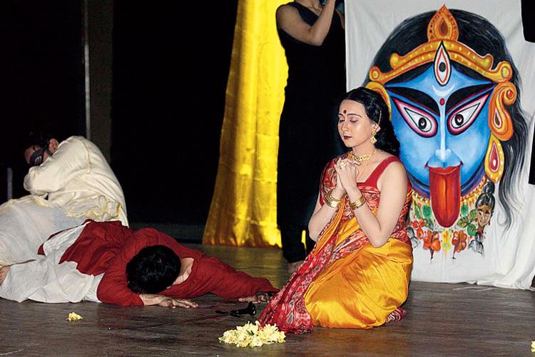 প্রার্থনা: গিরিশ কারনাড রচিত 'হয়বদন' নাটকের একটি দৃশ্য।