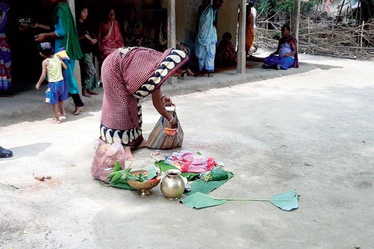 সরানো হচ্ছে পুজোর সরঞ্জাম। নিজস্ব চিত্র