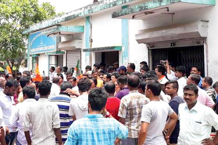 পান্ডুয়া িবদ্যুৎ দফতরের সামনে িবজেপির বিক্ষোভ। ছবি: সুশান্ত সরকার