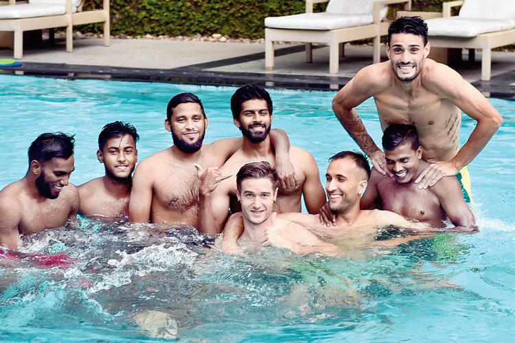 ফুরফুরে: ডুরান্ড ফাইনালের আগে হাসিখুশি মোহনবাগানের ফুটবলারেরা। বৃহস্পতিবার যুবভারতী সংলগ্ন হোটেলের সুইমিংপুলে। ছবি: সুদীপ্ত ভৌমিক
