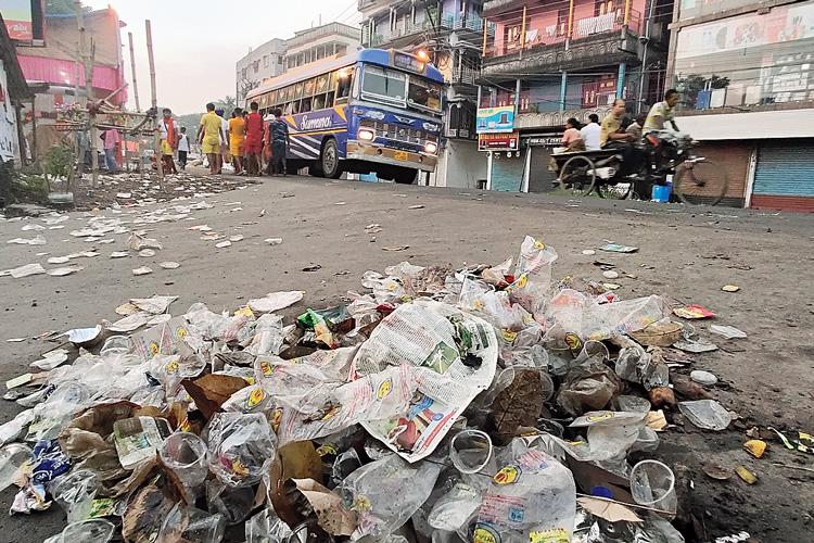 বর্জ্যময়: রাস্তায় যত্রতত্র পড়ে প্লাস্টিকের থালা-গ্লাস।  ছবি: সুদীপ ঘোষ ও স্বাতী মল্লিক