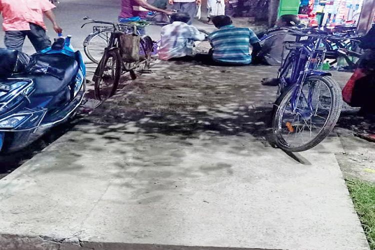 উন্নয়ন: নিকাশি নালা ঢাকা হয়েছে সিমেন্টের স্ল্যাবে। নিজস্ব চিত্র