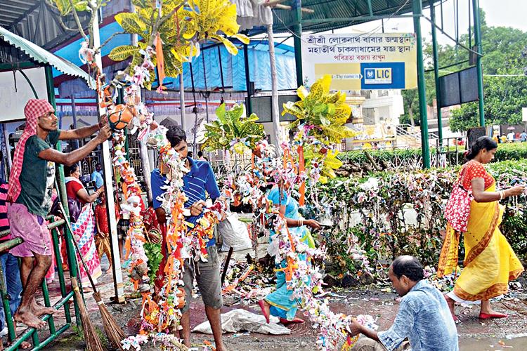 পুজো: এ ভাবেই বাঁধনের জন্য দেগঙ্গার চাকলায় মারা যাচ্ছে বহু গাছ। ছবি: সজলকুমার চট্টোপাধ্যায়