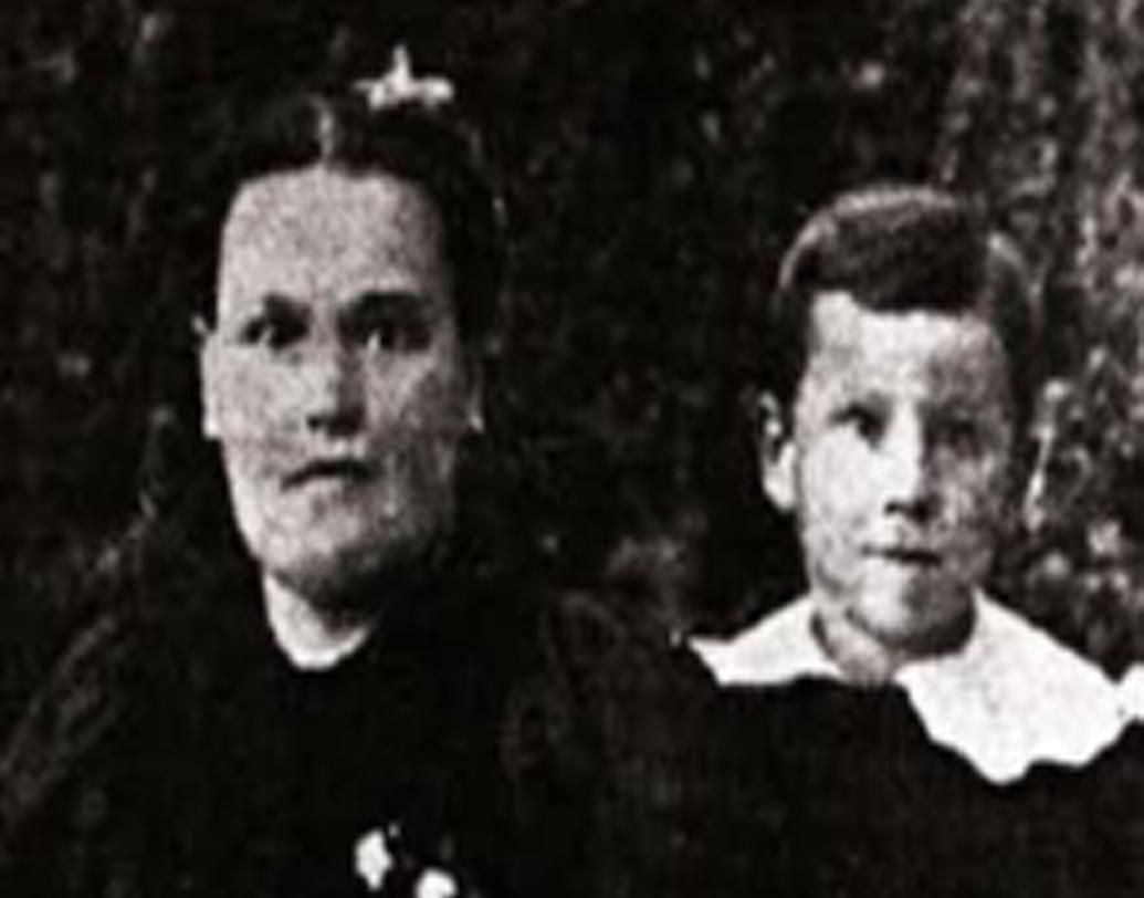 পুরো নাম হারল্যান্ড ডেভিড স্যান্ডার্স। আমেরিকার ইন্ডিয়ানায় জন্ম ১৮৯০-এর ৯ সেপ্টেম্বর। বাবা উইলবার ছিলেন কৃষক। মা, মার্গারেট ব্যস্ত থাকতেন ঘরসংসার নিয়ে। মার্গারেট ছিলেন ধর্মপ্রাণ ক্যাথলিক। তিন ভাইবোনের মধ্যে সবথেকে বড় ছিলেন হারল্যান্ড।