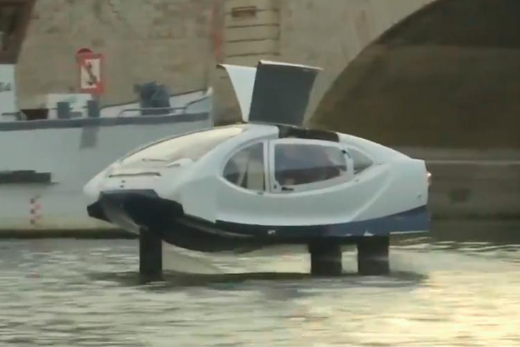 প্যারিসের নদীতে নতুন জলযান। ছবি: রয়টারের টুইট থেকে নেওয়া।