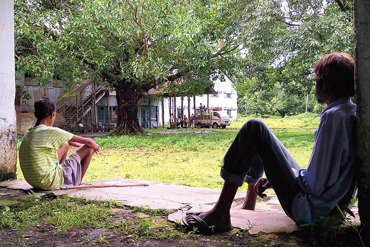 হতাশ: রায়পুর চা বাগানে এক শ্রমিক। নিজস্ব চিত্র