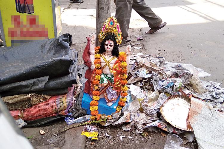 ঠাঁই: আবর্জনার মধ্যেই অবস্থান বিশ্বকর্মার। বুধবার, দমদমে। ছবি: শুভাশিস বসাক