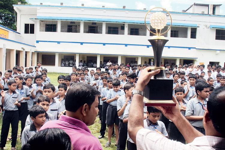 জয়ী: সরকারি স্বীকৃতি ছাত্রদের দেখানো হচ্ছে স্কুলে। ছবি: সুজিত দুয়ারি