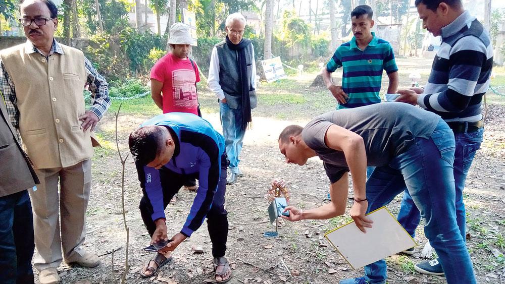তদন্ত: স্মারকের খোঁজে বিনয় মজুমদারের বাড়িতে পুলিশ। নিজস্ব চিত্র