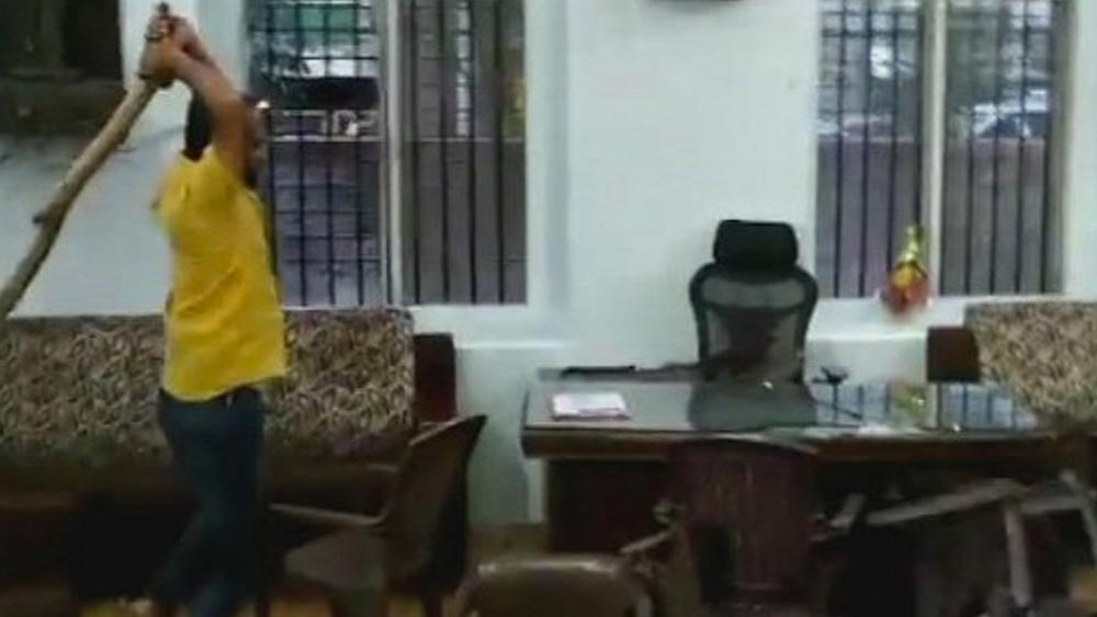 কংগ্রেস অফিস ভাঙচুর। মঙ্গলবার পুণের শিবাজিনগরে। ছবি- টুইটার থেকে সংগৃহীত।