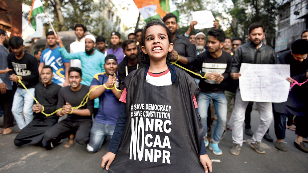 প্রতিবাদ: 'জয়েন্ট ফোরাম এগেনস্ট এনআরসি' নামে একটি সংগঠনের ডাকে কলকাতা পুরসভার সামনে মিছিল ও অবস্থান। মঙ্গলবার। ছবি: রণজিৎ নন্দী