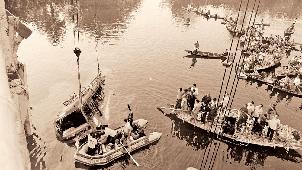 সেদিন: বিলের কালো জল থেকে তোলা হল ডুবে যাওয়া বাস। দু'বছর আগের সেই ভোরবেলা এখনও যেন স্পষ্ট হয়ে আছে বালিরঘাটে। (ফাইল চিত্র)