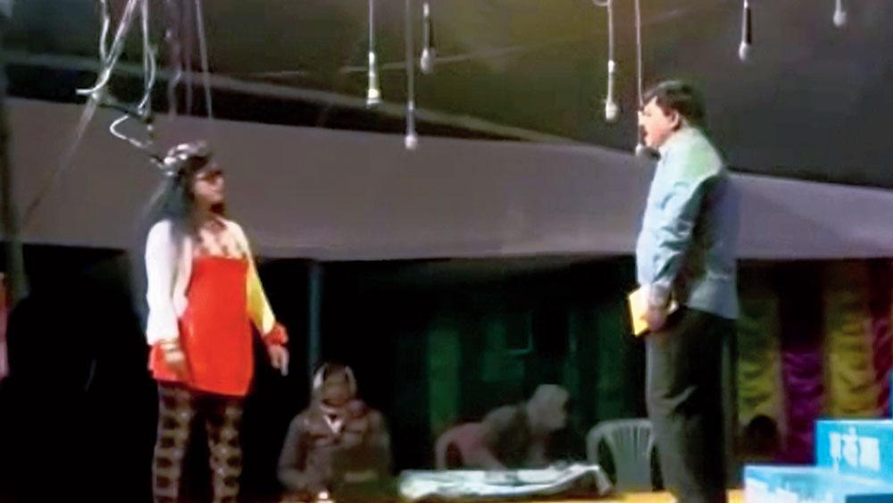 অভিনেতা: কালীগঞ্জে পুলিশকর্মীদের যাত্রাভিনয়। নিজস্ব চিত্র
