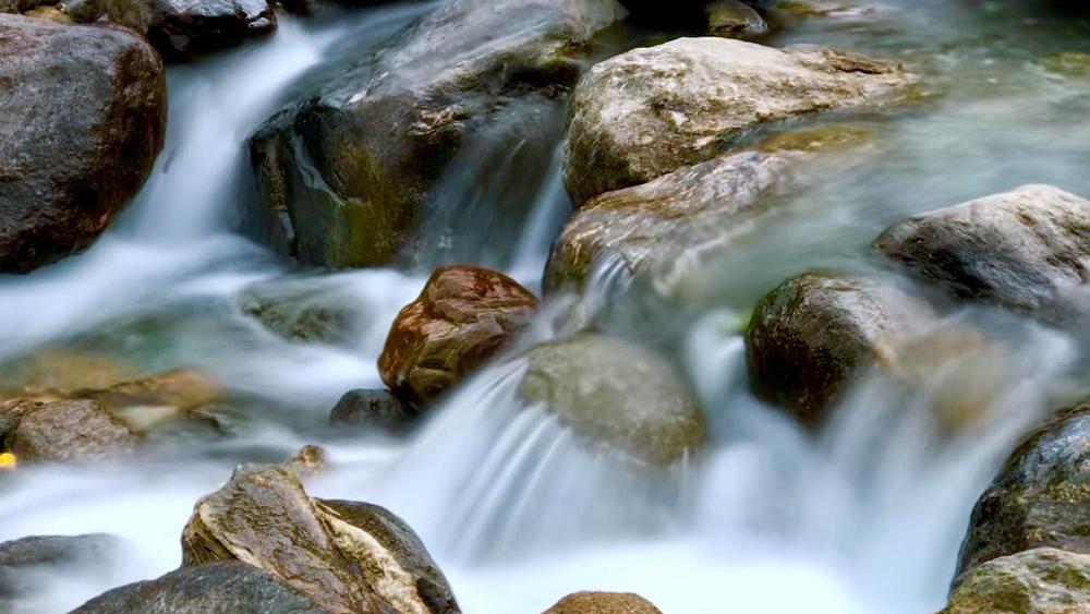 অপরূপা রিয়াং নদী। পাথরে বাধা পেয়ে ঝর্নার রূপ নিয়েছে।