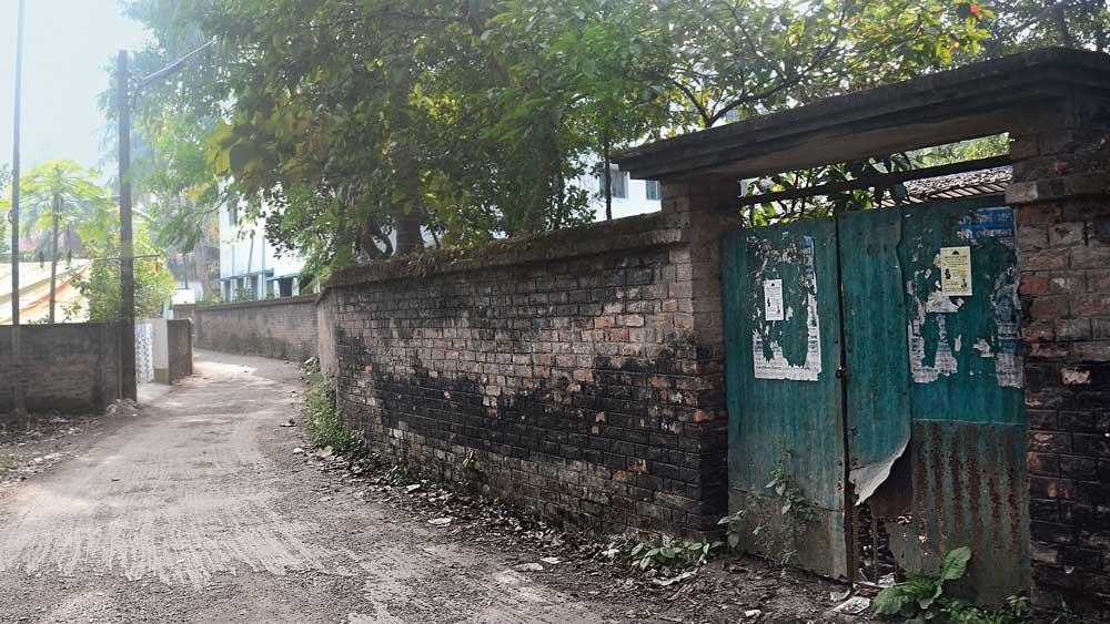 সুনসান: স্কুলের পিছনের রাস্তা। নিজস্ব চিত্র
