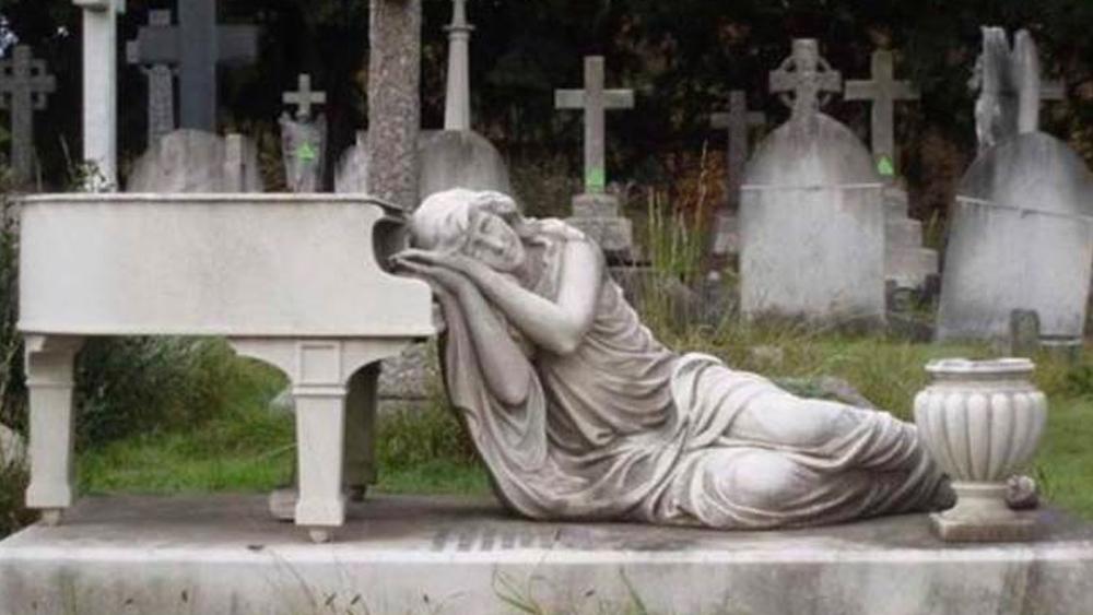 'পিয়ানো কবর'। এই কবরের উপরে রাখা একটি পাথরের পিয়ানো। তার উপর মাথা রেখে আধ শোয়া অবস্থায় রয়েছে এক নারী। এটি যাঁর কবর, তিনি পিয়ানো বাদক ছিলেন। সেই স্মৃতিতেই এই স্থাপত্য।