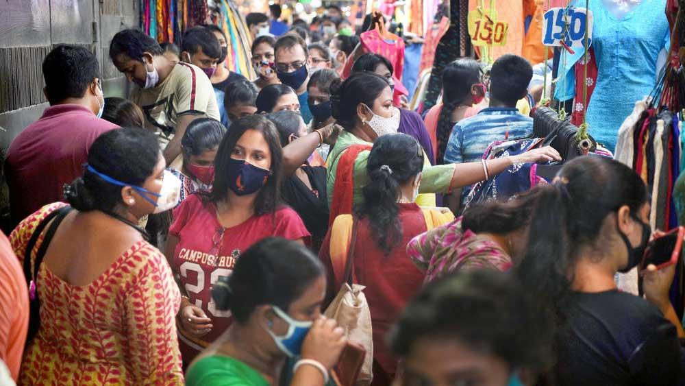 ঠাসাঠাসি: পুজোর কেনাকাটার ভিড়ে শিকেয় উঠেছে দূরত্ব-বিধি। শনিবার সন্ধ্যায়, হাতিবাগানে। ছবি: দেবস্মিতা ভট্টাচার্য