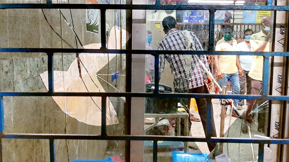 চলল ভাঙচুর। শনিবার জেলা সদর হাসপাতালে। ছবি: প্রণব দেবনাথ।