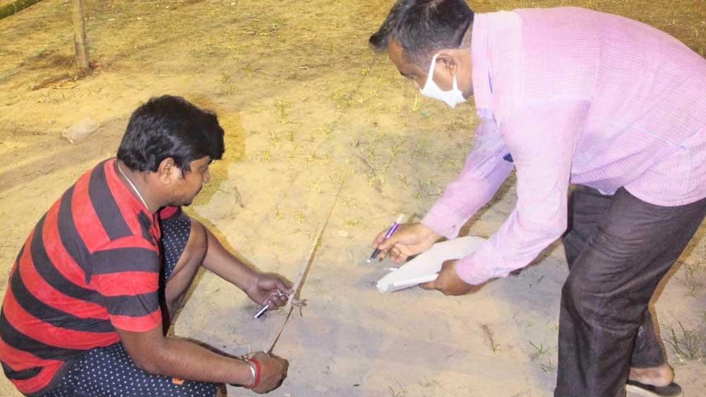 আইন-বাঁচিয়ে: চলছে দূরত্ব মাপার কাজ। হাবড়ার একটি মণ্ডপে। ছবি: সুজিত দুয়ারি
