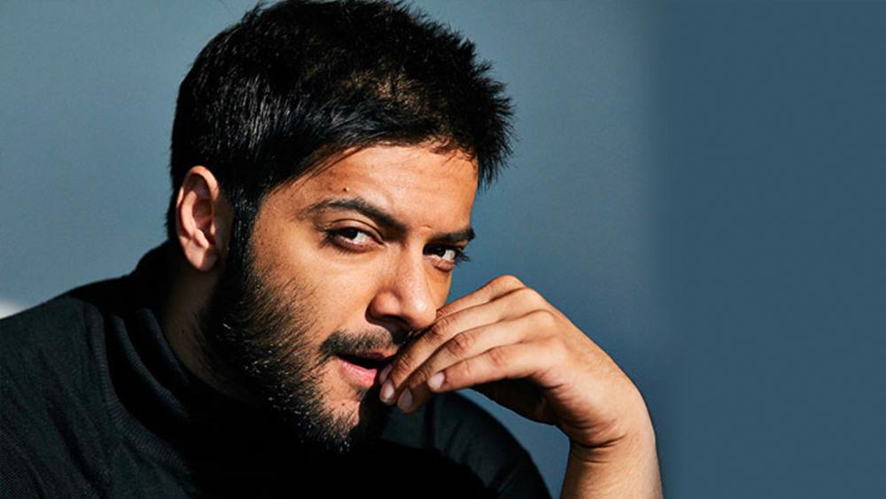 থিয়েটারজীবনেই শুরু ছবিতে অভিনয়ও। ২০০৮ সালে তিনি অভিনয় করেন ইন্দো মার্কিন ছবি 'দ্য আদার এন্ড অব লাইফ'-এ। তবে এই ছবি ব্যর্থ হয়। অনুচ্চারিত থেকে যায় আলির পারফরম্যান্সও।