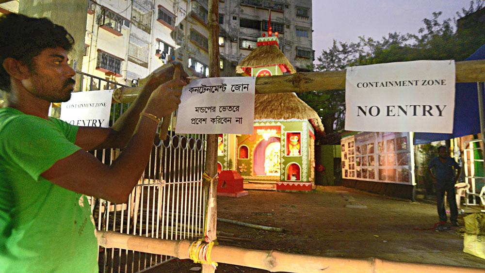 এ বার প্রতিমা দর্শন এ-পার থেকেই। সোমবার কলকাতা হাইকোর্টের রায় ঘোষণার পরে মণ্ডপের বাইরে নির্দিষ্ট দূরত্বে বসল বাঁশের ব্যারিকেড। পড়ল 'নো এন্ট্রি' পোস্টারও। সোমবার হাওড়ার একটি পুজোয়। ছবি: দীপঙ্কর মজুমদার।