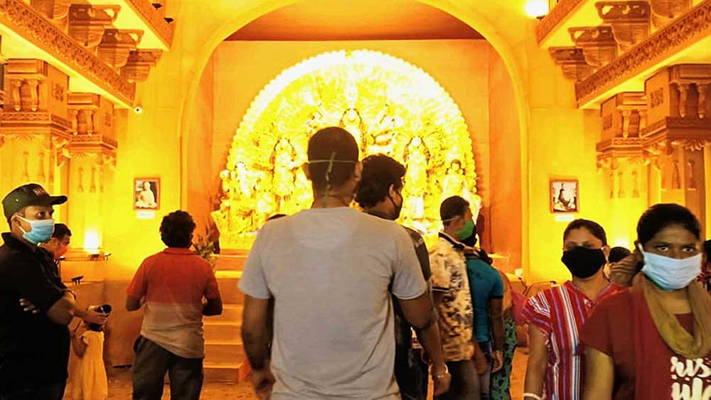কাঁথি ইয়ুথ গিল্ডে মণ্ডপের মধ্যে দর্শনার্থী। নিজস্ব চিত্র