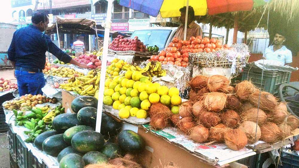 ফলের পসরা। দুর্গাপুরের সেন মার্কেটের সামনে। নিজস্ব চিত্র