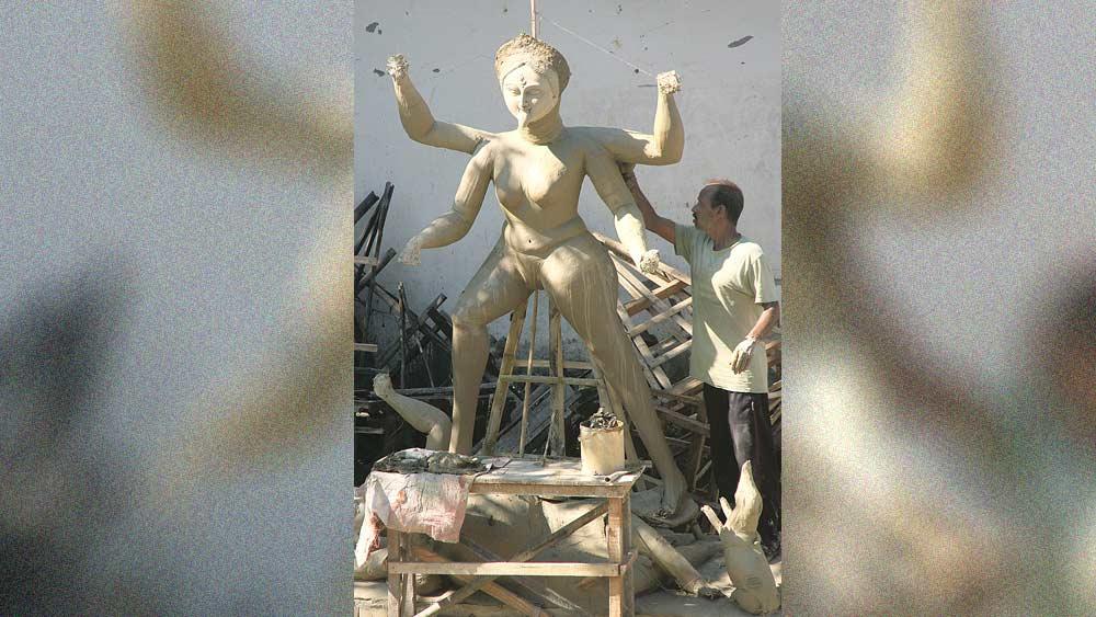 প্রস্তুতি: কোচবিহারের পালপাড়ায় তৈরি হচ্ছে কালীপ্রতিমা। নিজস্ব চিত্র।
