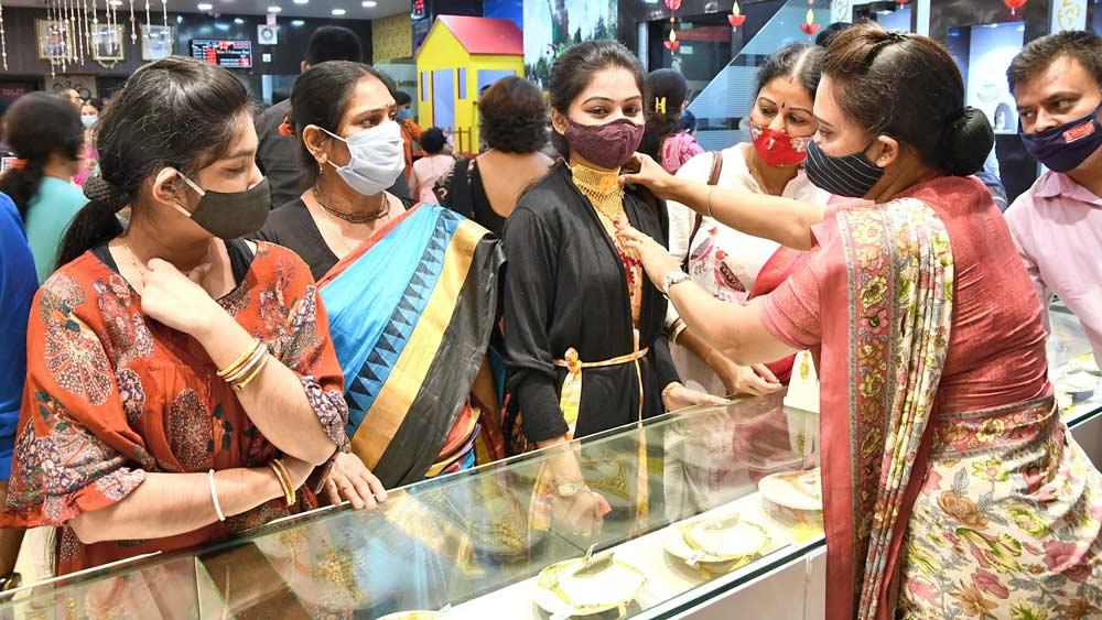 করোনা তো কী? সোনার দোকানে জমজমাট ধনতেরসের ভিড়। বৃহস্পতিবার কৃষ্ণনগরে। ছবি: সুদীপ ভট্টাচার্য
