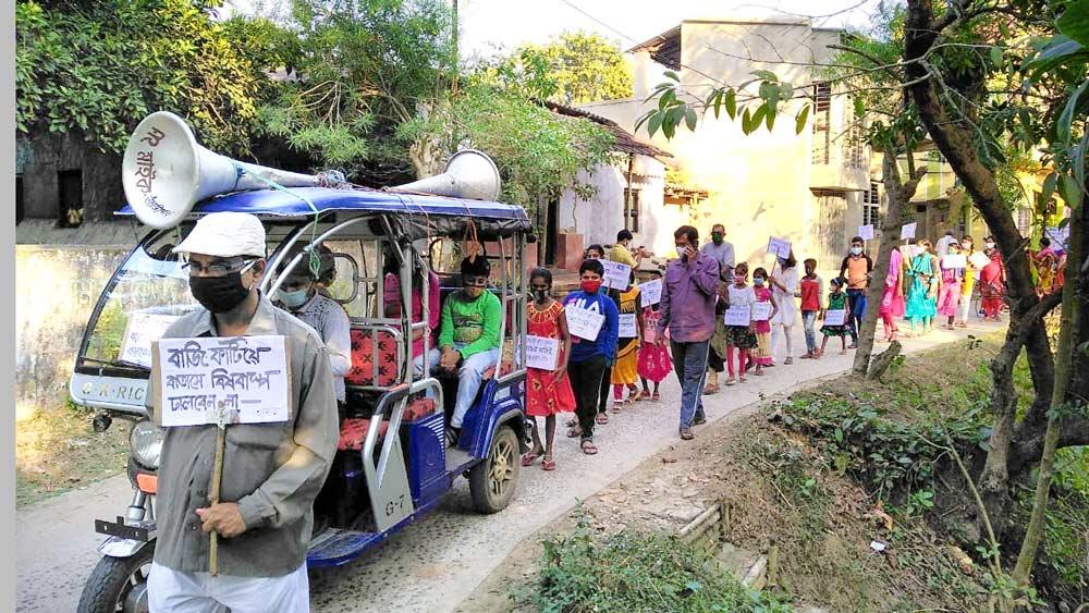 আর্জি: বাজির ব্যবহার বন্ধের আবেদন জানিয়ে শুক্রবার জাঙ্গিপাড়ায় মিছিল — ছবি: দীপঙ্কর দে