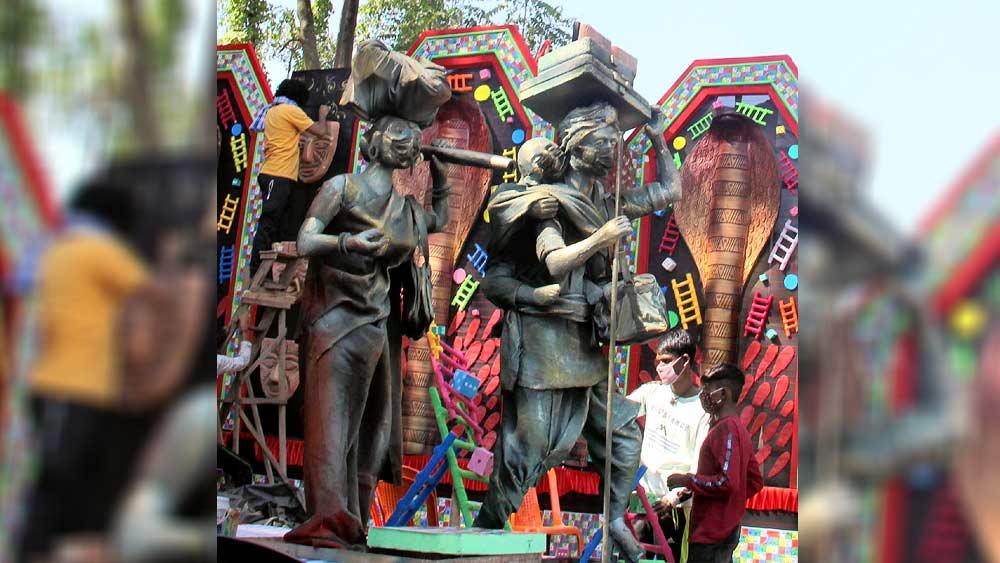 ইন্দার একটি মণ্ডপে  পরিযায়ী শ্রমিকদের মডেল। নিজস্ব চিত্র।