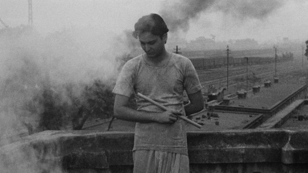 এর পরের বছরই সৌমিত্র অভিনয় করলেন 'দেবী'-তে। বিপরীতে প্রথম ছবির নায়িকা শর্মিলাই। বিভূতিভূষণের অপু থেকে এ ছবিতে সৌমিত্র পারিবারিক দ্বন্দ্বে দীর্ণ উমাপ্রসাদ।