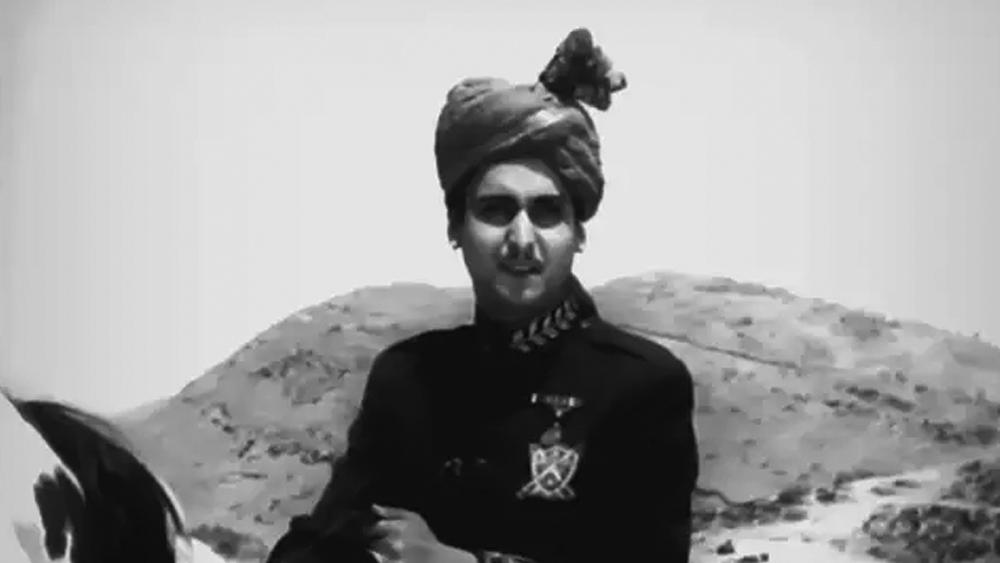 পঞ্চম ছবিতেই ধরা দিলেন খলনায়কের ভূমিকায়। তত দিনে উত্তম-সৌমিত্র ঘরানায় বিভক্ত বাংলা ছবির দর্শক। এ বার তাঁরা ফ্রেমবন্দি তপন সিংহের 'ঝিন্দের বন্দি'-তে। শুধু নিজের বাহনেরই নয়। বাংলা ছবির ভালমন্দের রাশও তখন ময়ূরবাহনের তালুবন্দি।