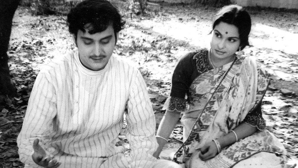 ১৯৬২ সালে মুক্তি পায় 'অভিযান'। অপূর্ব-অমূল্যর ভাবমূর্তি চুরমার করে তিনি সেখানে নরসিং। 'অতল জলের আহ্বান', 'বেনারসি'-র মধ্যেই মু্ক্তি পেল 'সাত পাকে বাঁধা।' এর পর 'চারুলতা', 'কিনু গোয়ালার গলি', 'প্রতিনিধি', 'কাপুরুষ মহাপুরুষ', 'কাচকাটা হিরে', 'আকাশকুসুম'-এর পাশাপাশি সৌমিত্র ধরা দেন 'মণিহার', 'একটুকু বাসা', 'বাঘিনি', 'পরিণীতা', 'প্রথম কদম ফুল' এবং 'তিন ভুবনের পারে'।